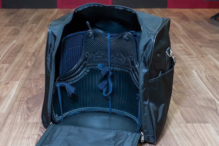 岡山市 剣道 武道具さかい 袋 防具の基本的な入れ方・しまい方 垂と胴をバッグに沿って入れる